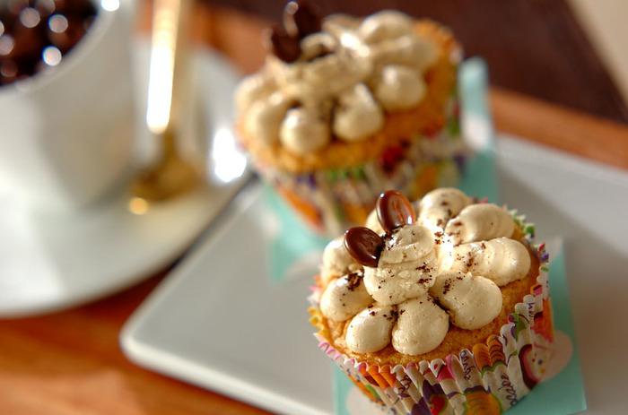 パーティーや集まりなどで手軽に食べることのできるニューヨーク風カップケーキ。生地だけでなくクリームにもインスタントコーヒーを入れることで、コーヒー味を口の中いっぱいに楽しむことができますよ。