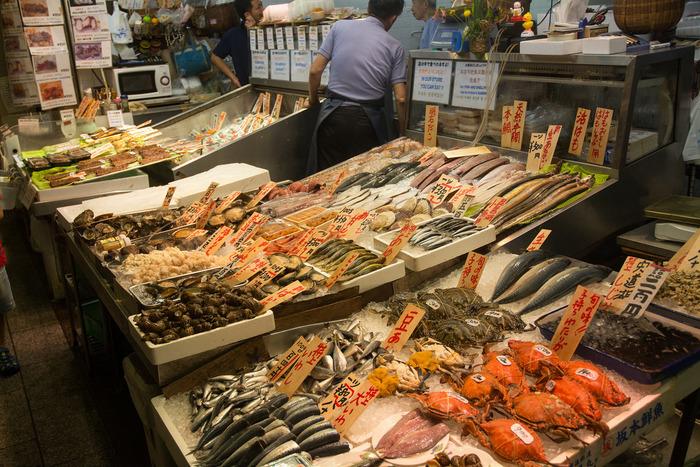 【「錦」の鮮魚店では、府内や近郊で水揚げされたものだけでなく、全国各地の漁港から旬の鮮魚が様々に取り寄せられ、商われています。】