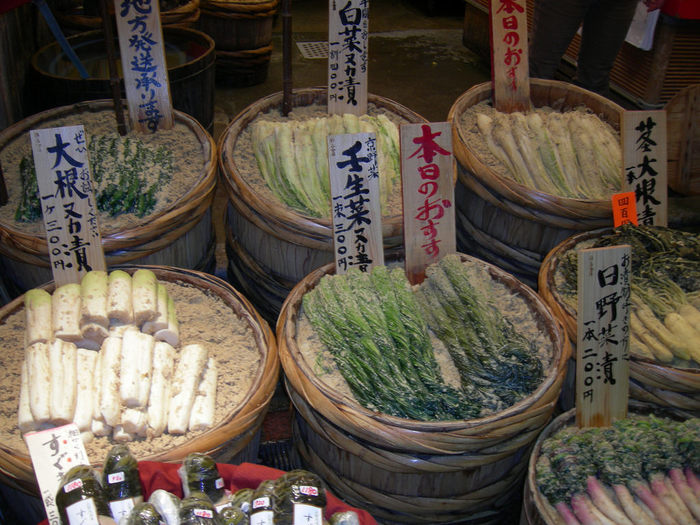 【京都では、糠漬けも良く食され、出盛りの野菜を様々に漬け込みます。(画像は、「錦 高倉屋」の春の頃の店頭。関東ではお目にかからない白菜や壬生菜といった葉物野菜の糠漬けも並ぶ。)】