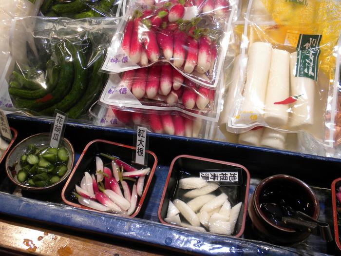 【試食する時は、添えてある小さなトングや箸で漬物を摘んで、手の平にのせてから口に運びましょう。(「枡悟」)】