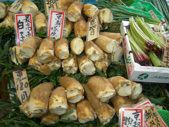 【春の食卓を彩るのは、やっぱり筍。独特の栽培法で育てられる「京たけのこ(白たけのこ)」は、肌理細やかで色白。柔らかく、風味豊か。京たけのこは、国産筍の最高峰です。】