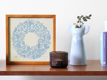 こちらは陶器アイテムが人気のBIRDS' WORDS(バーズワーズ)より、鳥や花が描かれた優しい色合いが魅力のポスターです。