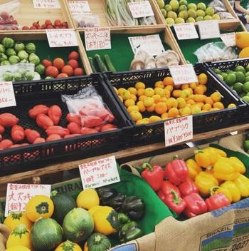 野菜や果物、花などの生鮮品、パンや加工食品が登場。屋台も登場します。