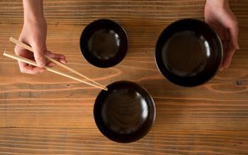 『ろくろ挽きの欅の汁椀』  木の素材感と黒漆の上品な艶が活きる、美しいフォルムと使いやすさを求めて生まれた椀。汁椀、ボウル、丼椀と、組み合わせて使ってもステキです。