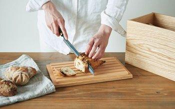 蓋の裏面は細い板材でパンくずが落ちる構造になっているので、パンを取り出してそのままカッティングボードとして使うことができます。家具職人さんにより釘などを使用せず作られた、高い技術が光る逸品です。