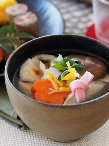 お正月に一年の無事を祈って食べるといわれている「お雑煮」。 お雑煮を食べる習慣は日本全国にあるようですが、その味は地域や家庭によってさまざま。すまし汁、みそ味、いりこだしを使ったお雑煮など、色々なお雑煮があるんですよ♪