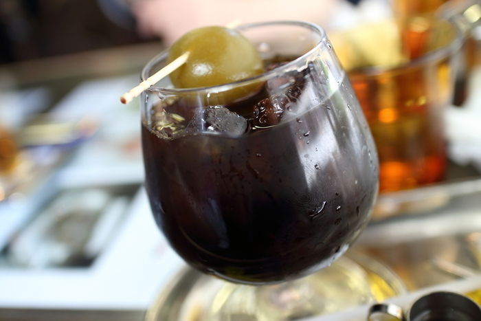 ダッチコーヒーに自家製梅酒を注いで飲む「梅ダッチコーヒー」は、飲兵衛だった初代による裏メニューでしたが、「鬼平犯科帳」でも知られる作家、池波正太郎のすすめにより看板メニューとなったそうです。