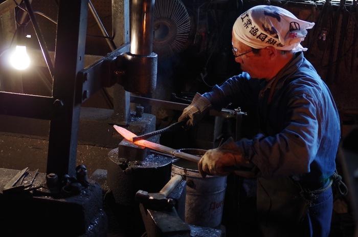 鉄は蓄熱量がとても高いので、一度温まるとなかなか温度が下がらず、一定の温度でじわじわ食材を熱し続けるのでプロの調理現場でよく使われます。また、鉄瓶でお湯を沸かすことで、普段は取りにくい鉄分も手軽に摂取できます。錆びやすい特性がありますが、お手入れしながら丁寧に扱うことで独特の風合いが生まれます。