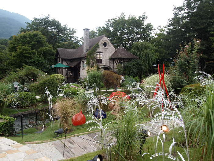 箱根ガラスの森美術館は、観光地として有名な箱根にあります。