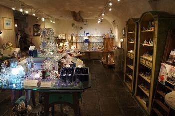 また、箱根ガラスの森美術館には、ガラス作品が購入できるお店もあります。このお店には、どれを選ぼうか迷ってしまうほどの多くのガラス作品が揃っています。ガラス作品は、箱根ガラスの森美術館へ訪れた思い出やお土産に最適ですよ!