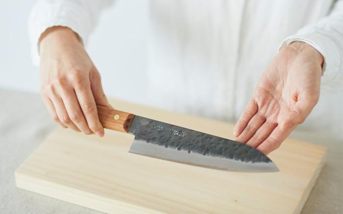『鍛冶職人の包丁』  山形打刃物の職人さんによる、毎日使いたくなる文化包丁。野菜も肉もラクラク切ることができ、日々のお料理が楽しくなりそう。刃には叩いたあとの槌目が残っていて、打ち刃物ならではの味わいが。この凸凹のおかげで、きゅうりなどを切ったときに刃にくっつかずイライラしにくいという思わぬ効果も。