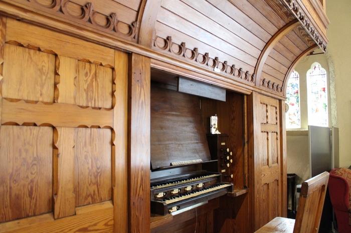 また、セント・ラファエル礼拝堂にはパイプオルガンが設置されており、定期的にコンサートも開かれています。音楽を聴きながら、美しい輝きを持つアンティークステンドグラスを楽しんでみては?