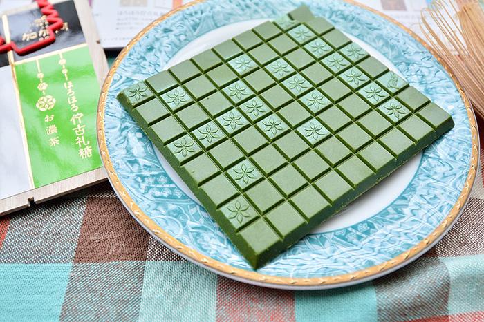 こちらも京都限定の、京都の街の碁盤の目をイメージした「ほろほろ佇古礼糖」。和三盆のお干菓子のような、ほろほろと口の中でとける食感です。甘さが苦手な人におすすめの「お濃茶」や「黒糖黒七味」、「黒豆きなこ」「柚子」「白胡麻」の五種類があります。