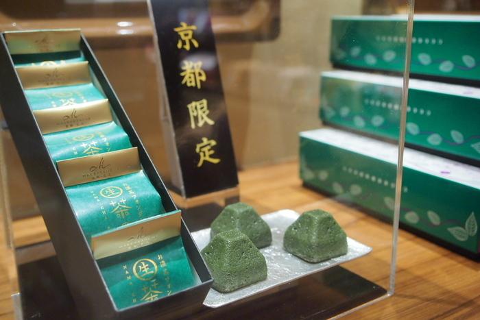 京都の店舗かオンラインショップでしか購入できない「生茶の菓」は、お濃茶の苦味がしっかりと感じられます。生チョコレートのようなケーキのような、ねっとりとした食感で、一粒にお濃茶の美味しさがぎゅっと詰まった贅沢な一品です。