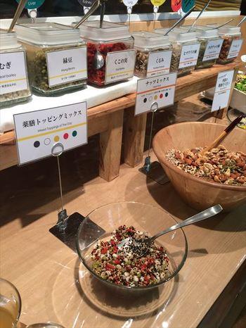 レストラン「10ZEN」のサラダバーでは、オリジナルの薬膳トッピングができますよ♪ どんな材料が薬膳に使われるのかチェックしてみるのも楽しそう。