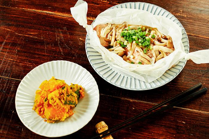 こちらは、パパッとつくれる【主菜・副菜】レシピをご紹介したときのひとコマ。献立は、『鮭とキノコのバター醤油包み焼き』と『かぼちゃのごま和え』の2品。手軽さだけでなく季節感や美味しく仕上げるためのひと手間も大切にしたレシピ、ぜひトライしてみてください。