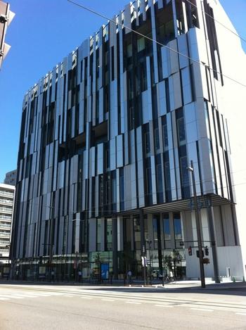 富山市ガラス美術館は、富山市の複合施設・TOYAMAキラリ内にあります。開館は2015年と、比較的新しい美術館です。もともと富山市はガラス職人が多く、地元住民がガラスとつながりを持てるような街づくりを目指してきました。その街づくりへの尽力の結果、この美術館を誕生させることができたそうです。