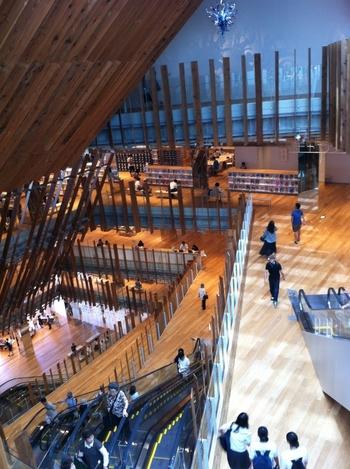 富山市ガラス美術館では、「コレクション展」、「グラス・アート・パサージュ」、「グラス・アート・ガーデン」の3つの常設展が開催されています。そこでは主に、現代ガラス作品を観賞できます。