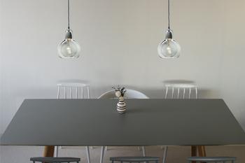 モノトーンのインテリアの中でもやさしい印象をつくってくれます。お部屋の角やサイドテーブル上に吊り下げたり、廊下に飾ってもいいかもしれませんね。
