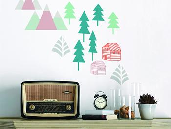 キャビネットの上の壁にこんな風に貼るのも素敵ですね。鉢や花瓶を置くのに躊躇してしまうお宅では、グリーンの代わりに山や木のデザインのものを使って癒しの空間をつくってみては?