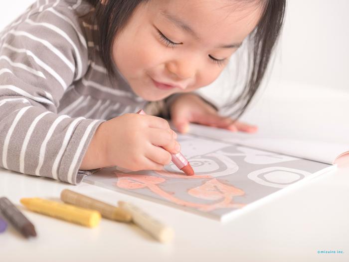 イラストはどれも可愛らしく、そしてシンプルなものばかりなので、小さなお子さんの塗り絵にもぴったり◎。 白紙ページもあるので、これ一冊でお絵かきを楽しむこともできます。