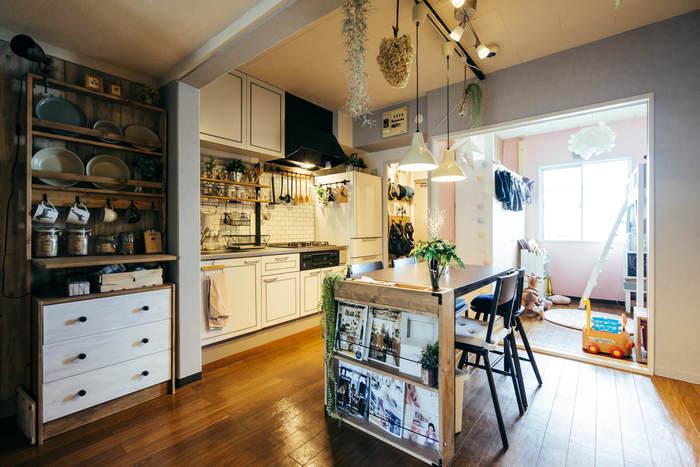 こちらのお宅はキッチンから見える場所にキッズルームを作っています。いつでも子供の気配を感じられるので安心ですね。