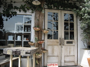 深谷駅から約8分の場所にある、隠れ家風の薬膳カフェ。平日のみの営業ですが、外観もとても素敵で雰囲気のあるオシャレな佇まいです。