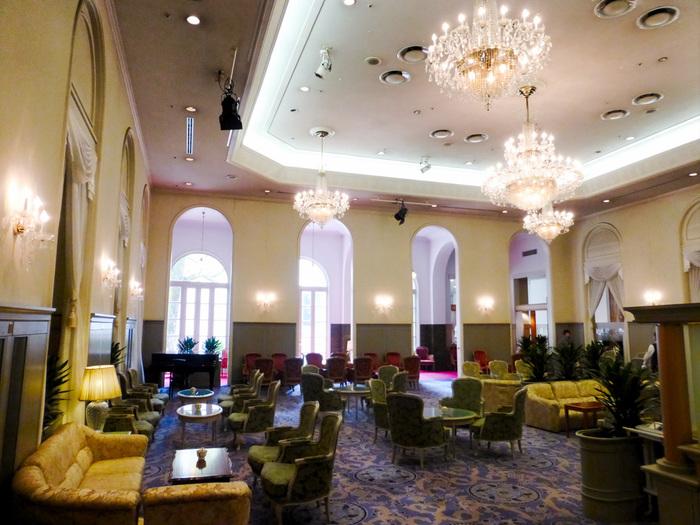 内装はアーチ型の壁など、クラシックな意匠も魅力的で、格式高い伝統が感じられますね。