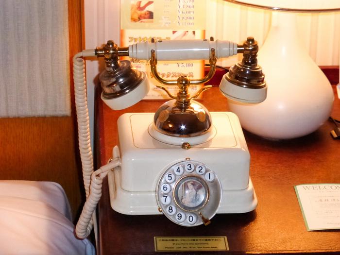 あるお部屋のベッドサイドに佇むレトロクラシックな電話も素敵すぎます。