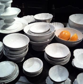 画像はパリで高い人気を誇り、香水やキャンドルも発表しているASTIER de VILLATTE(アスティエ・ド・ヴィラット)が手掛けた食器。 他にはパリ・ポンピドゥーセンターの永久展示品として知られる「4月の花器」のデザイナー・ツェツェ・アソシエの作品など、作家性の高い作品は他ではなかなか見つからないものばかり。