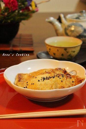 甘辛く味付けしたおいなりさんのようなお餅の一品。お茶や日本酒・焼酎・ビールにもよく合いそうなおつまみレシピです。