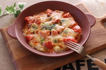 ピザソースとお餅を使えば、簡単なのにゴージャスなグラタンの出来上がり。寒い季節にぴったりの一皿です。
