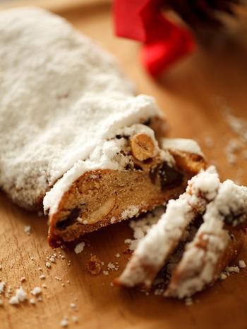 クリスマスによく見かけるシュトーレンは、レーズンやナッツがぎっしり詰まったドイツの伝統的なパン菓子です。ラム酒をたっぷり使っていて日持ちするので、少しずつ切ってみんなで楽しむのも醍醐味。好みでナツメグやジンジャーなどスパイスを加えて、オリジナルの味わいに仕上げてみて下さい。