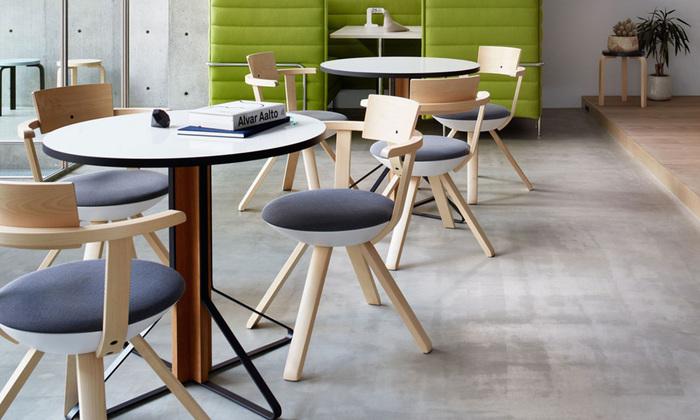 ドイツ人デザイナーのなかでも、斬新かつ、ムダのないミニマムデザインで定評のあるコンスタンティン・グルチッチ。多くの作品がニュ-ヨ-ク近代美術館等に所蔵されている、まさに新進気鋭の逸材です。こちらの回転式チェア「ライバルチェア」は、北欧の家具ブランド「アルテック」と組んだものということもあり、これまでのアルテック社製家具と通じる美しさも備えています。