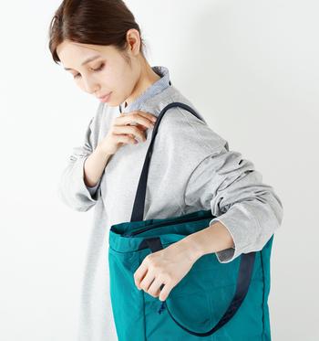 シンプルなシャツワンピに、スモーキーなブルーグリーンのバッグが爽やかです。