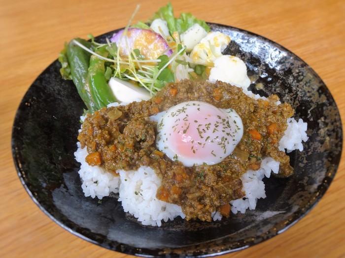 ワンプレートでカレーライスとサラダが楽しめる「シェフの鎌倉薬膳カレーwith温泉卵と鎌倉野菜」。癖がないので薬膳初挑戦の方にも食べやすい穏やかな味つけです。