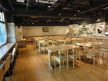 レストラン「広場」のオーダーストップは22:30。屋外にはテラス席もあります。