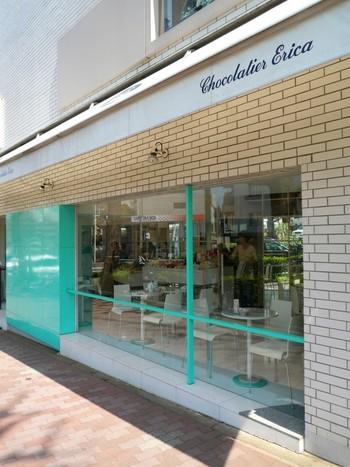 ミントカラーの外観が目を引くのが、都営三田線白金台駅から徒歩10分のところにある「ショコラティエ・エリカ」です。トリュフや、マ・ボンヌ(ミルクチョコレートの中にマシュマロとくるみが入った商品)が大人気です。