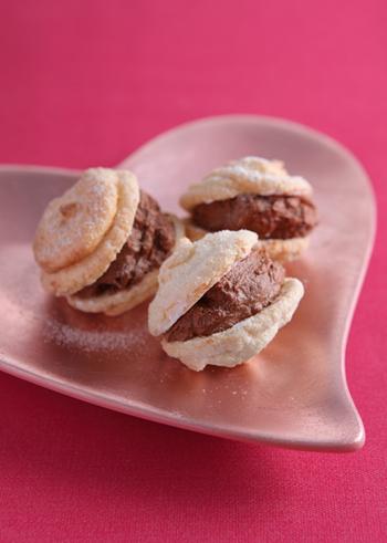 アーモンド風味のメレンゲを使ったダックワーズ。ブランデー入りのガナッシュをはさむので、とても大人っぽいスイーツに。男性にも喜ばれそうですね。