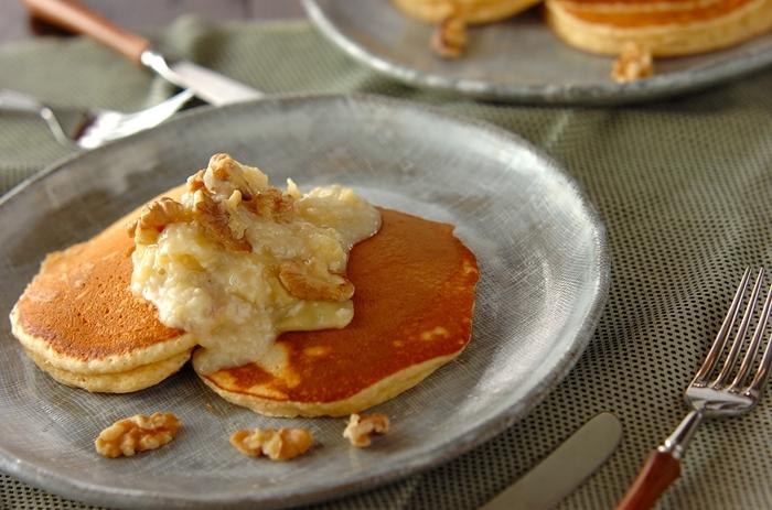パンケーキの材料に甘酒を入れることでモチモチした食感に。リンゴと甘酒で作ったソースも甘くて美味しい◎ お子様にも喜ばれそうなパンケーキです。
