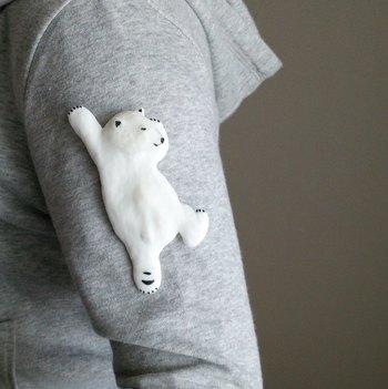 まるで腕をよじ登っているように見える、ユニークなシロクマブローチ。11.5㎝×5㎝の大きなブローチなので、シンプルなトートバッグなどに付けるのもおすすめです。