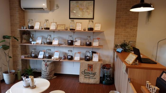 煎りたての世界中のコーヒー豆がズラリ。店内は、区内在住アーティストの作品の展示スペースになることも。(筆者撮影)