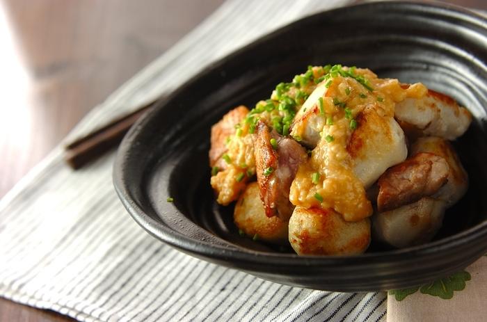 甘酒と味噌で作る甘酒みそだれは砂糖を使わなくても優しい甘さが美味しい。味わい深いみそだれに香ばしい鶏肉と里芋がよく合います。