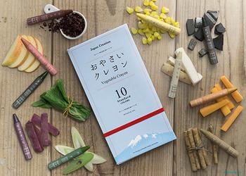 「おやさいクレヨン」は、青森県青森市にあるmizuiro株式会社が制作、販売しています。 主な原材料は、お米と野菜。お米は米油を、野菜は出荷時にカットされる部分や、規格外で廃棄されてしまう野菜を活用しています。
