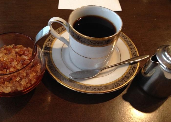 コーヒーは店主によるハンドドリップ。キャパシティ20ほどの客席は上手に区切られ、心落ち着く空間となっています。 焙煎は、手が空いたときに作業しているそう。豆は100gから購入できます。