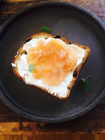 桃のコンフィチュールとマスカルポーネを塗って食べる、さくっと香ばしい贅沢トースト。手軽につまめるので、パーティーなどにもぴったり!