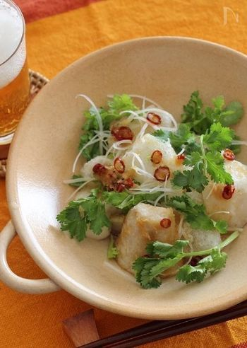 お餅と里芋をエスニック風味でいただくこちらのレシピ。華やかな風味と美しい彩りで、おもてなしにもぴったりですね。