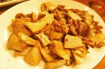 旨味の強いエリンギや舞茸、また前処理がいらないくるみやアーモンドなどのナッツ類も燻製に適した食材。こちらはエリンギとくるみをスモークし、暖かいうちにはちみつとオイルであえて、大人の香りのホットサラダに。
