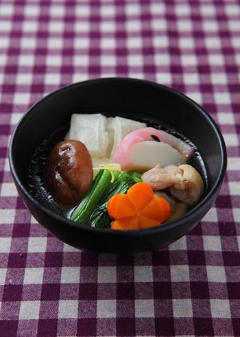おしょうゆ風味の関東風お雑煮。鶏肉の出汁が味わい深いお雑煮で、一度食べたらやみつきに。