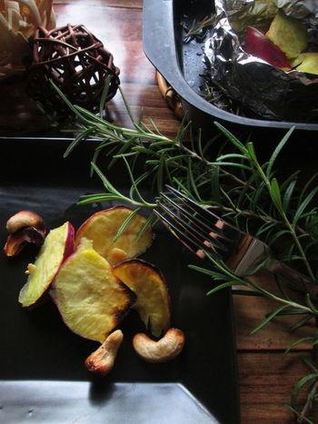 こちらはローズマリーの香りで華やかに仕上げた、さつまいもとカシューナッツの燻製風グリル。香りと食感のハーモニーを楽しめますね♪